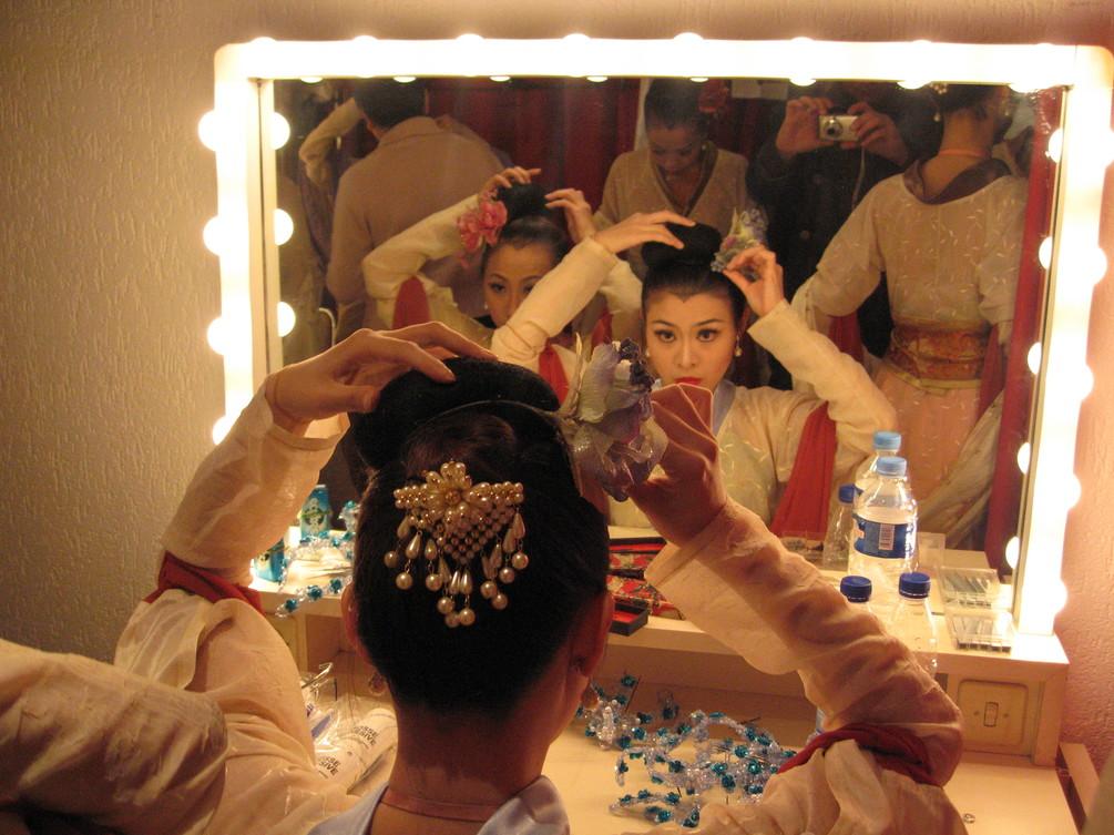 Chinoises devant un miroir