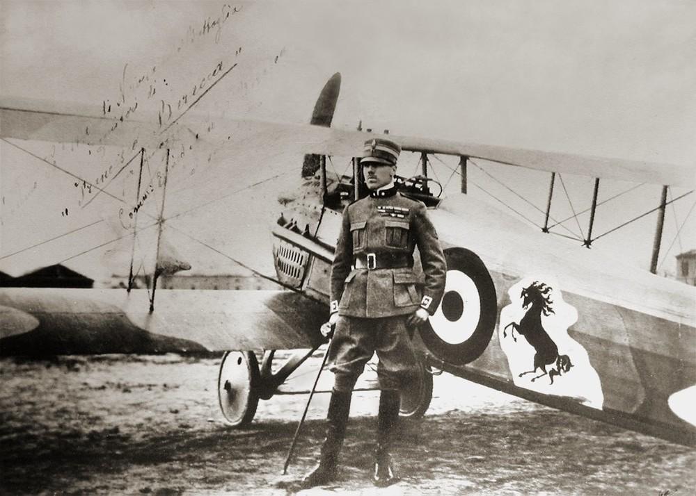 Francisco Baracca près de son Nieuport XI, avec le cheval cabré