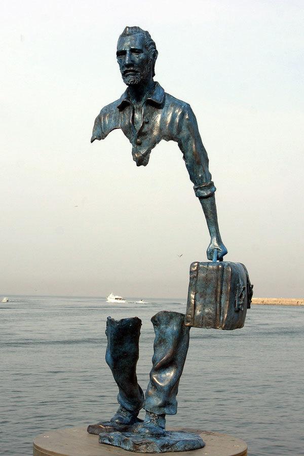 J'en arrive où je suis étranger - Louis Aragon Bruno-Catalano-Statue-Valise