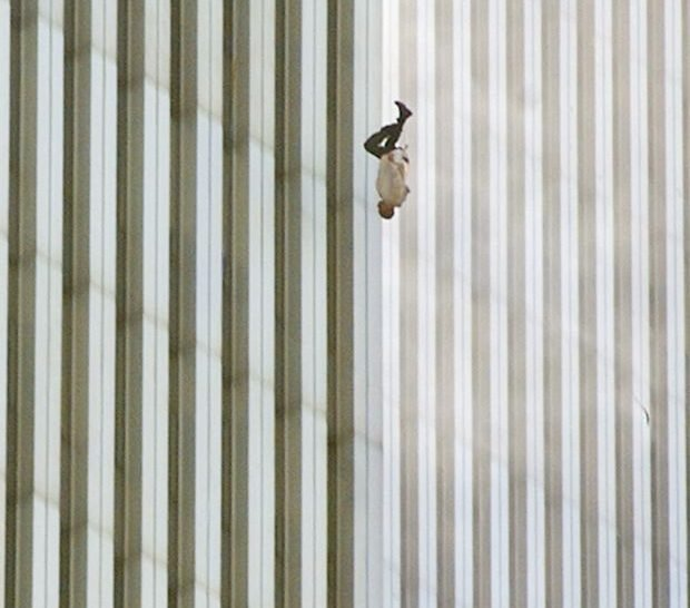 Homme tombant d'une des Twin Towers, le 11 septembre 2001.